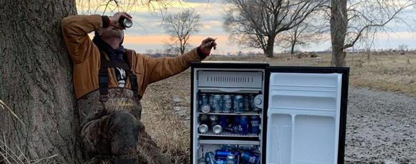 Американцы наткнулись посреди поля на забитый пивом холодильник и нарекли его святым