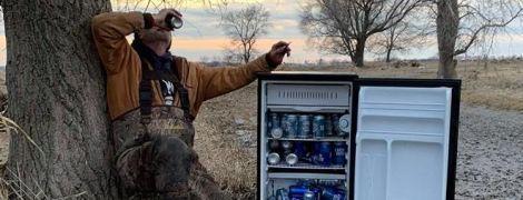 Американці натрапили посеред поля на забитий пивом холодильник і нарекли його святим