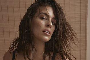 Раскрепощенная модель plus-size Эшли Грэм в нижнем белье предстала в смелых позах