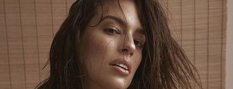 Розкута модель plus-size Ешлі Грем у спідньому постала у сміливих позах