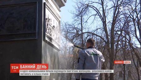 В Одессе коммунальщики начали очищать памятник Воронцову