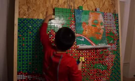 Зібраний школярем портрет футболіста із 999 кубиків Рубіка та спокусливі форми плюс-сайз моделі Ешлі Грем. Тренди Мережі