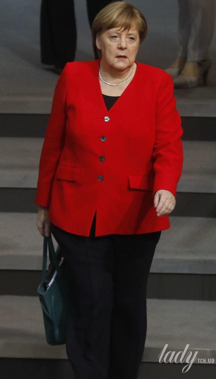 В красном жакете и с изумрудной сумкой: Ангела Меркель в Бундестаге