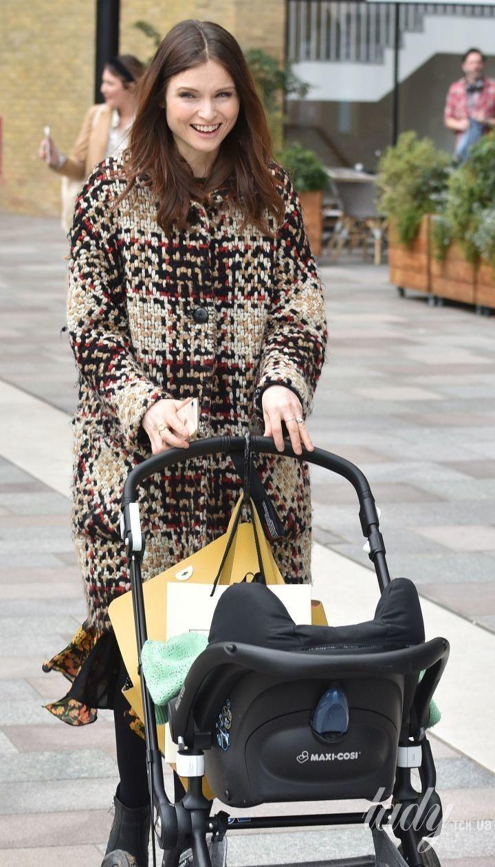 Все сама: папарацци запечатлели, как многодетная мама Софи Эллис-Бекстор сама складывает коляску в багажник такси