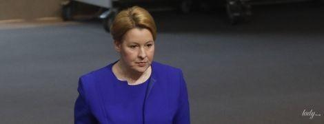 В синем наряде и с чемоданом: министр по делам семьи Германии на заседании парламента