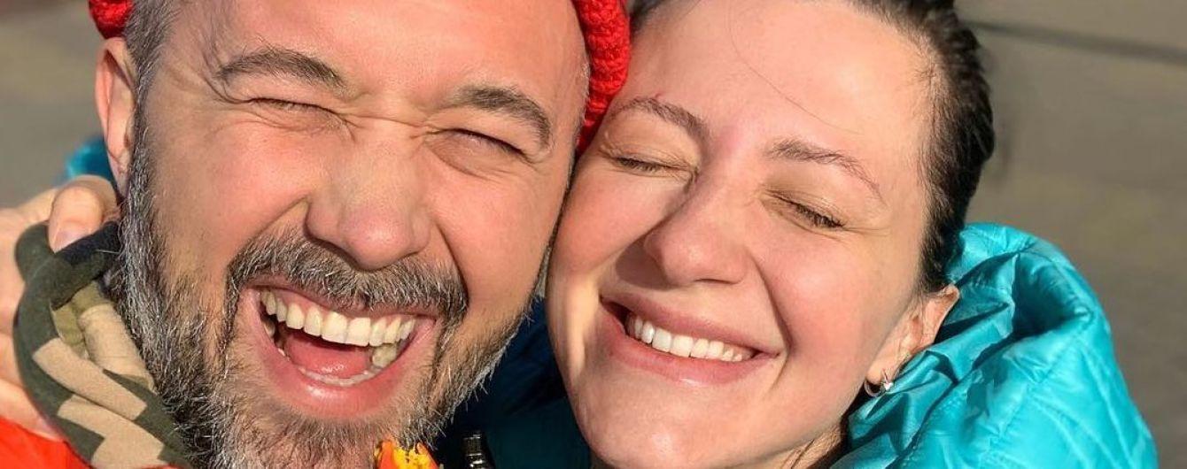 Высший пилотаж доверия: Сергей Бабкин поднял беременную жену в воздух