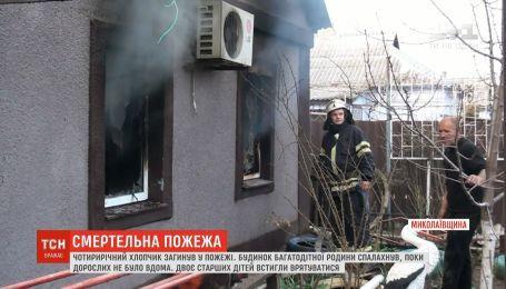 Маленький мальчик умер от отравления угарным газом во время пожара в доме