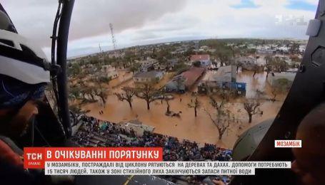 У Мозамбіку постраждалі від циклону рятуються на деревах та дахах