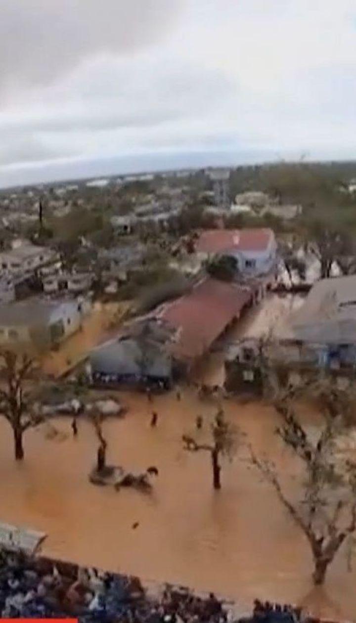 В Мозамбике пострадавшие от циклона спасаются на деревьях и крышах