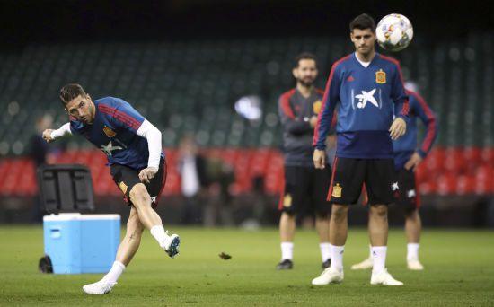 Футболісти збірної Іспанії розважилися стрільбою з лазерної зброї