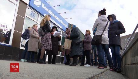 В Ровенской области люди обвиняют работницу банка в присвоении средств