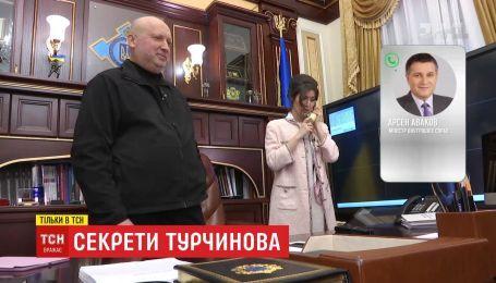 ТСН потрапила до таємних кабінетів Олександра Турчинова і довідалась його секрети