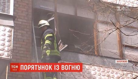 В Запорожье пожарный спас от смерти 80-летнюю соседку