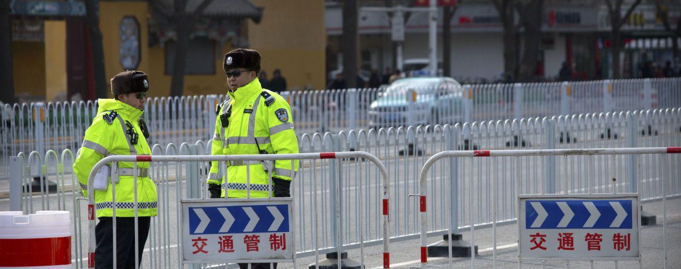 В Китае водитель совершил наезд на толпу людей и был застрелен полицейскими. Погибло семеро прохожих