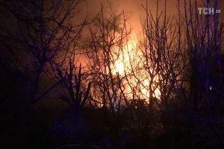 В Киеве масштабно горит частный дом