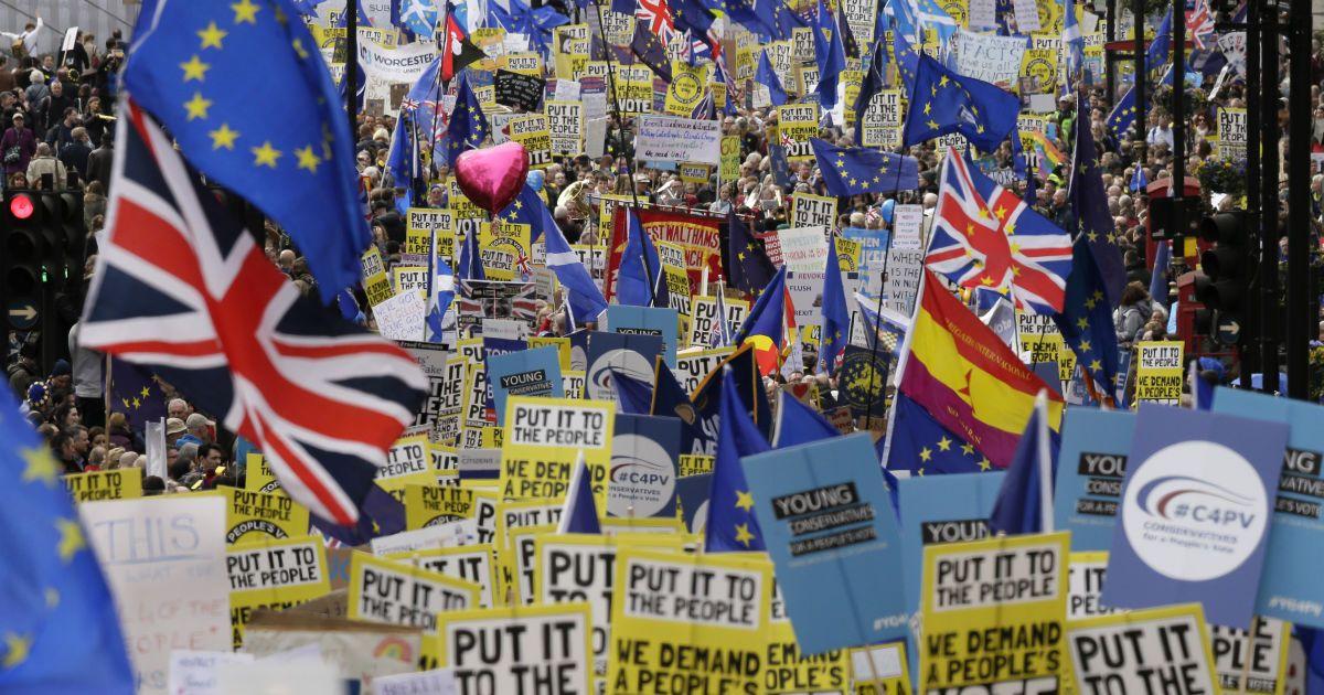 Сотни тысяч британцев на улицах Лондона требуют пересмотреть решение о Brexit