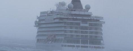 Пострадавшие с круизного лайнера, который потерпел крушение возле Норвегии, показали видео изнутри корабля