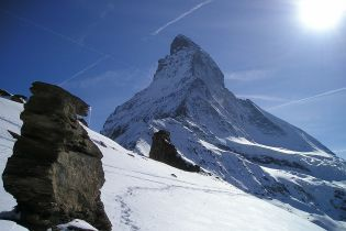 В швейцарских Альпах лавина накрыла четырех лыжников, есть погибший