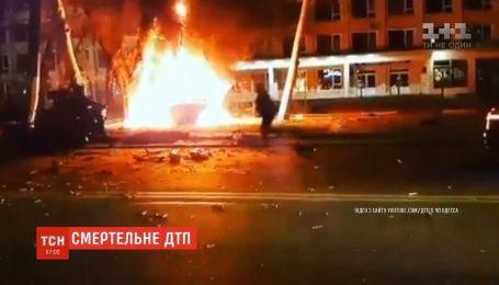 В Одессе внедорожник въехал в столб и загорелся
