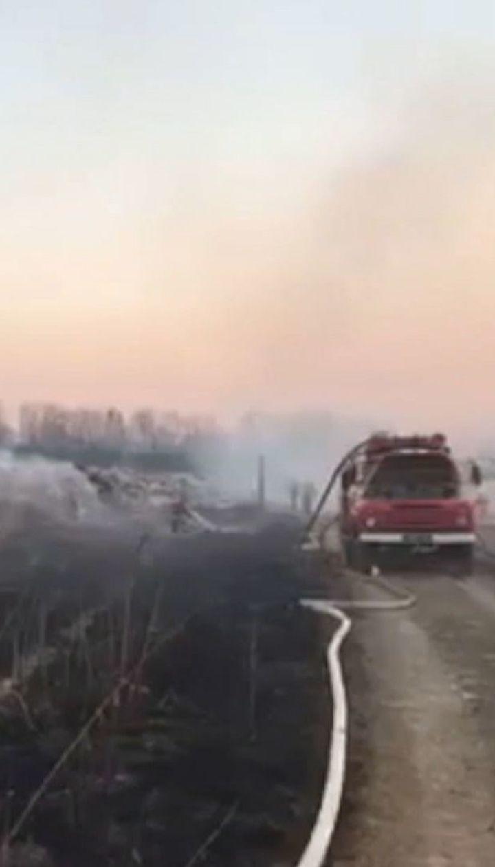 На Львівщині майже добу рятувальники гасили пожежу на смітнику