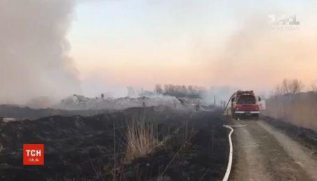 Во Львовской области почти сутки спасатели тушили пожар на свалке