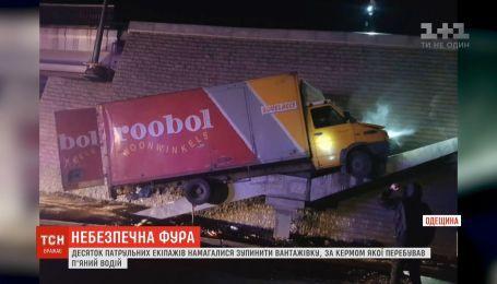 Десяток патрульных экипажей преследовали фуру, водитель которой был пьян, в Одесской области