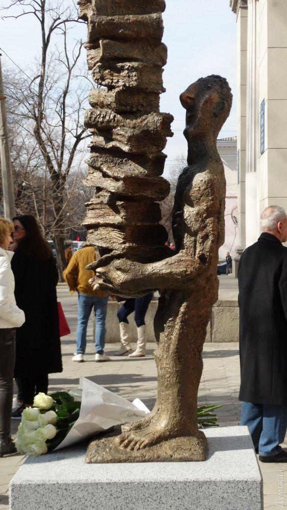 Одеса пам'ятник читачеві художник Михайло Рева