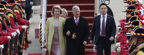 В элегантном платье и крокодиловой сумкой: королева Матильда впечатлила новым образом