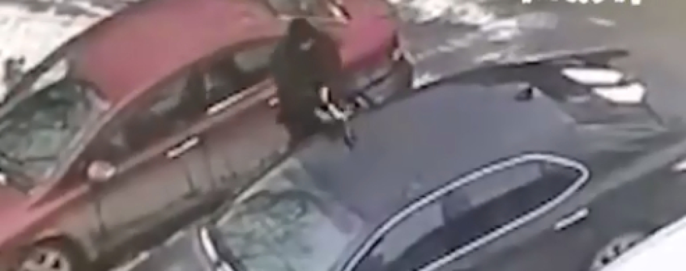 У Москві зняли, як шибайголова прорубав сокирою машину