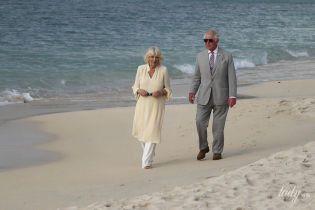 В туніці і босоніж: герцогиня Корнуольська з принцом Чарльзом прогулялися пляжем