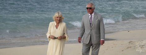 В тунике и босиком: герцогиня Корнуольская с принцем Чарльзом прогулялись по пляжу
