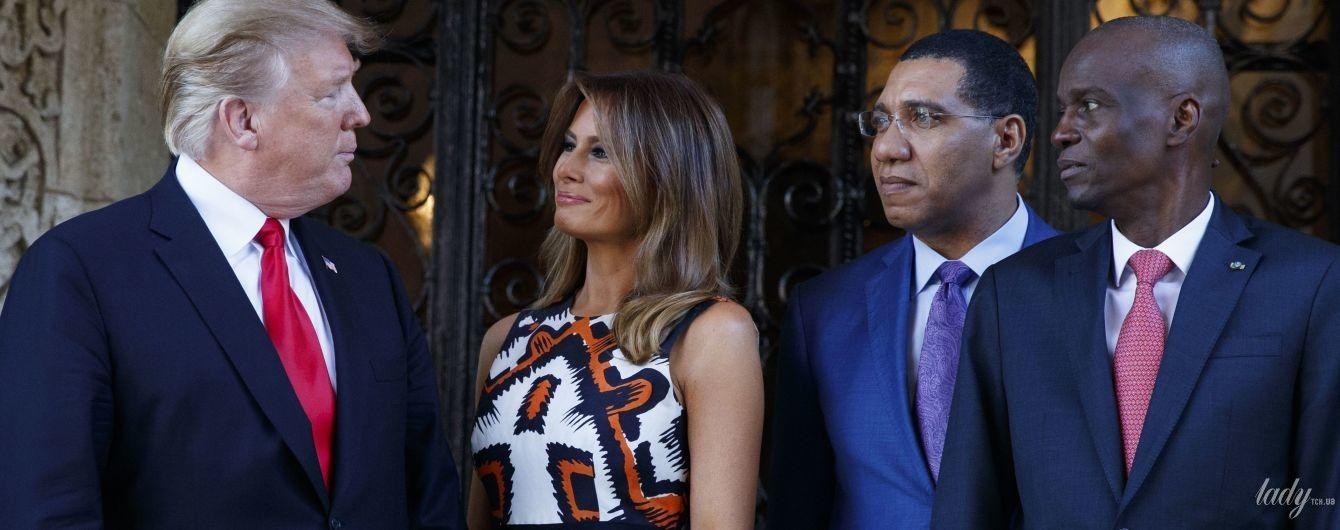 В платье с этническим принтом и в оранжевых туфлях: эффектная Мелания Трамп во Флориде