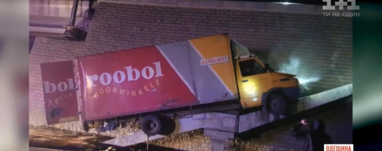 Під Одесою зняли, як п'яний водій фури влаштував перегони з копами