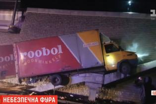 Под Одессой сняли, как пьяный водитель фуры устроил гонки с копами
