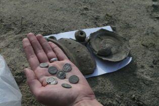 На киевском Подоле во время высадки деревьев нашли древнеримский клад