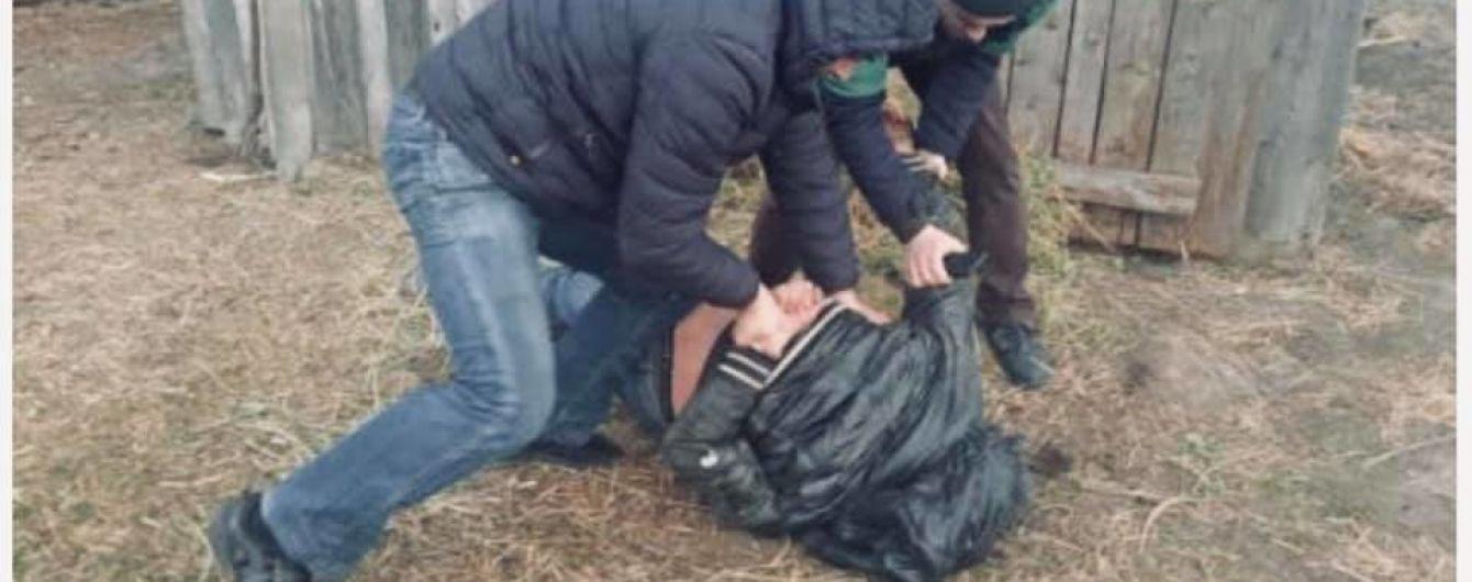 На Хмельнитчине педофил заманил домой и изнасиловал маленькую девочку
