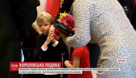 Королевский прием: маленькие принц и принцесса Монако расцеловали первую леди Китая
