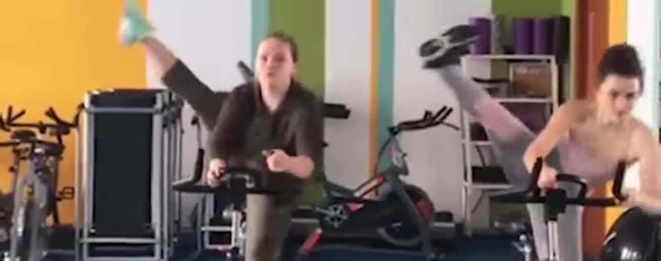 Синхронні трюки дівчат на велосипедах та відео з репортером, який слиною уклав волосся. Тренди Мережі