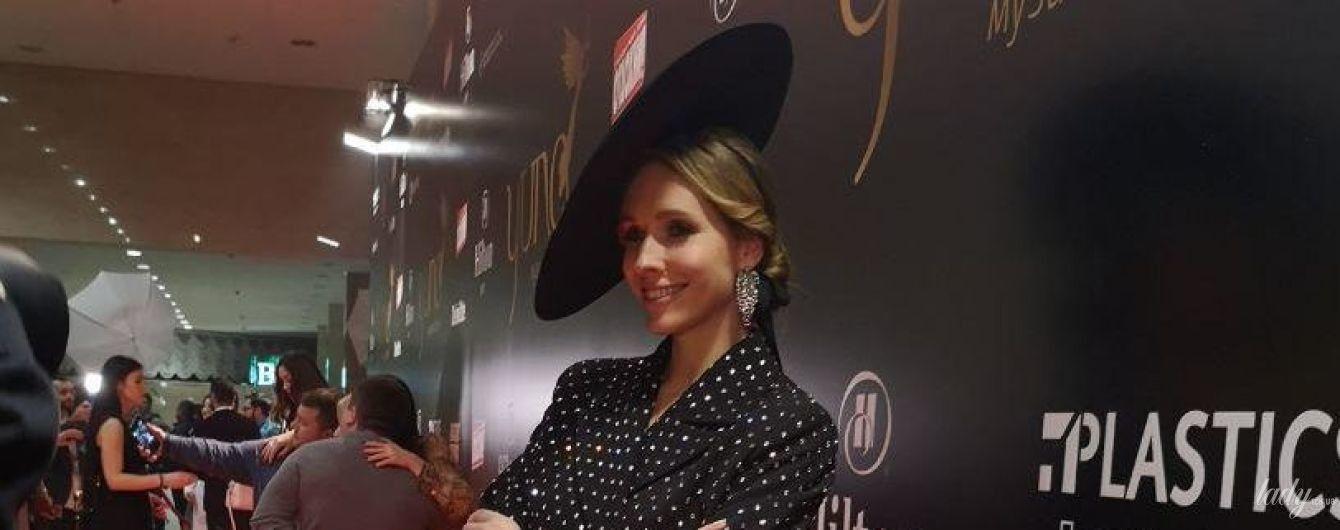 В костюме со стразами и шляпе: Катя Осадчая в стильном луке на церемонии YUNA