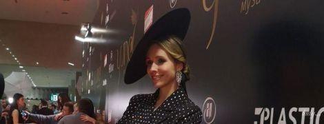 У костюмі зі стразами і капелюсі: Катя Осадча у стильному луці на церемонії YUNA