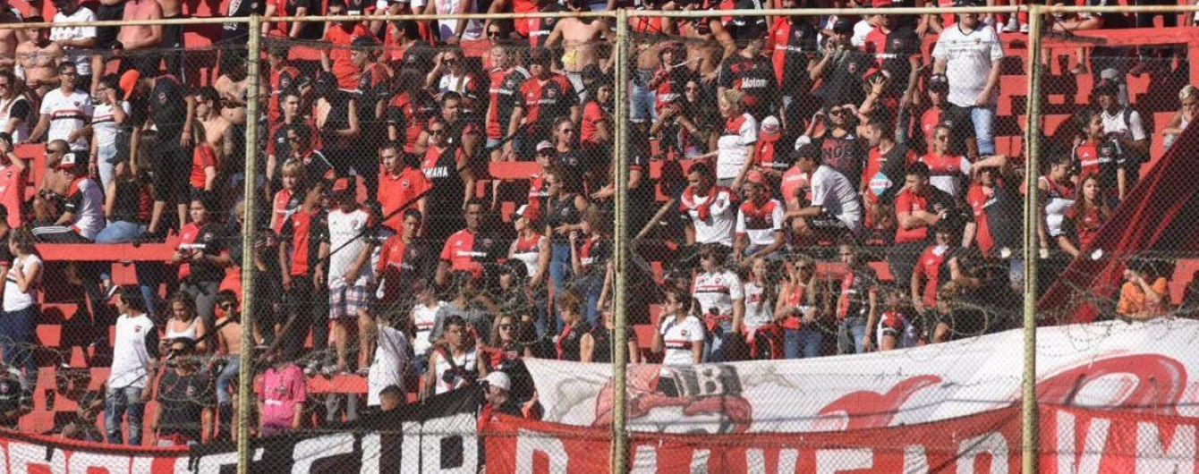 Аргентинские фанаты сорвали футбольный матч, их успокоили водометами