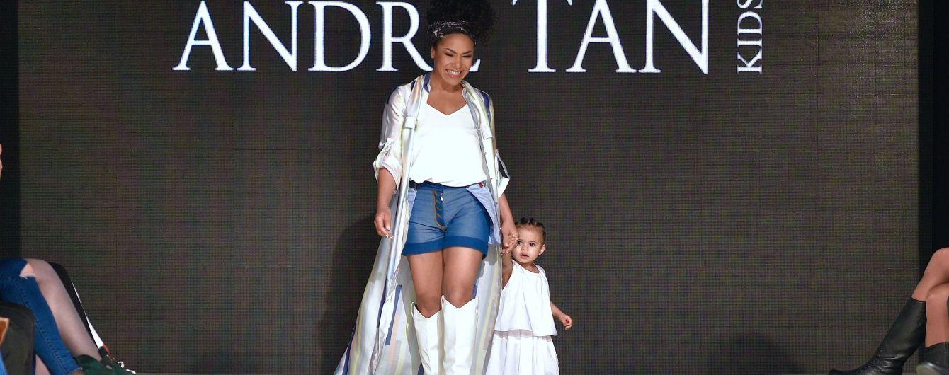 Гайтана и Наталья Холоденко со своими детьми вышли на подиум