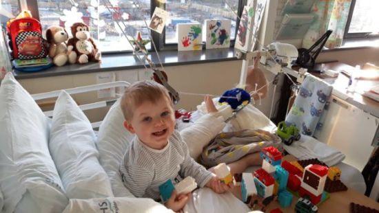 У Великій Британії дворічний хлопчик невдало стрибав на ліжку і навпіл зламав стегнову кістку