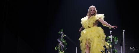 Битва образов Камалии: коралловое платье vs желтое