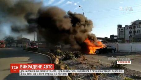 В Ровно двое мужчин угнали с СТО авто и врезались в бетонное ограждение