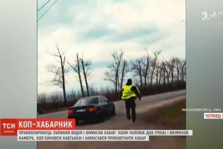 На Буковині поліцейський зжував хабар після того, як помітив відеокамеру