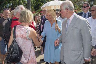 В голубом платье и с зонтом: герцогиня Корнуольская и принц Чарльз прогулялись по Гаване