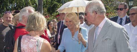 В голубом платье и с зонтиком: герцогиня Корнуольская и принц Чарльз прогулялись по Гаване