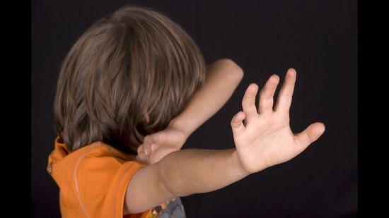 В Одесі на дитячому майданчику нетверезий чоловік напав на хлопчика, який зробив йому зауваження