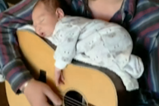 Кантри-певец усыпил двухнедельного малыша на гитаре, играя на ней колыбельную